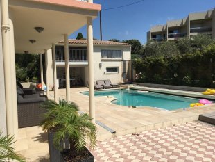 Er zijn gezellige zitjes in de schaduw Rondom het zwembad kunt u zowel in de zon als in de schaduw zitten.