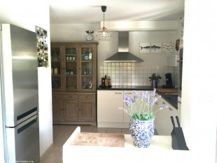 De keuken Alle benodigdheden aanwezig, zoals vaatwasser,oven, grote koel/vriescombinatie met 3 vriesladen en extra drankenkoelkast