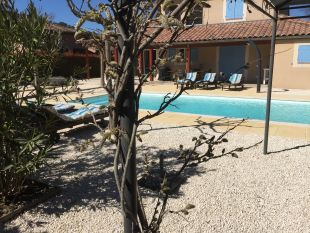 Nieuw: verwarmd zoutwaterbad 9x4 in eigen tuin geplaatst. <br>Groot verwarmd zoutwater zwembad 9x4 geplaatst en tuin gerenoveerd, alle mooie hagen, lavendel en bomen zijn gebleven