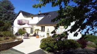 Het grote mooie terras aan de achterzijde <br>Het huis is circa 15 meter breed en 10 meter diep.