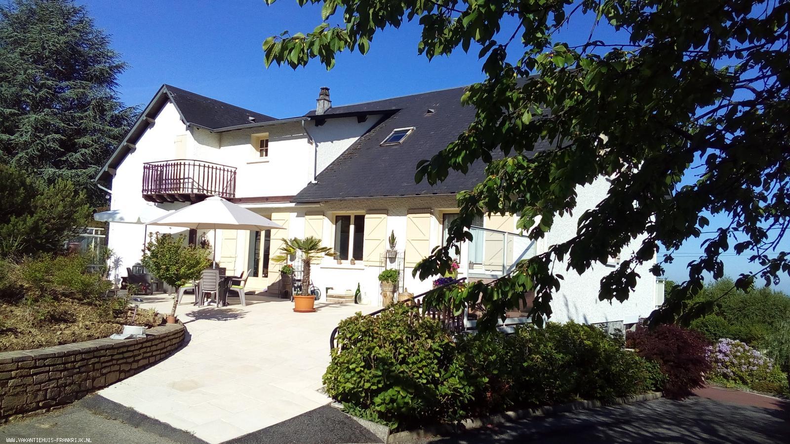 Vakantiehuis: Uw huis? Als woonhuis of vakantiehuis? Vrijstaand en adembenemend uitzicht met zwembad. te koop in Correze (Frankrijk)