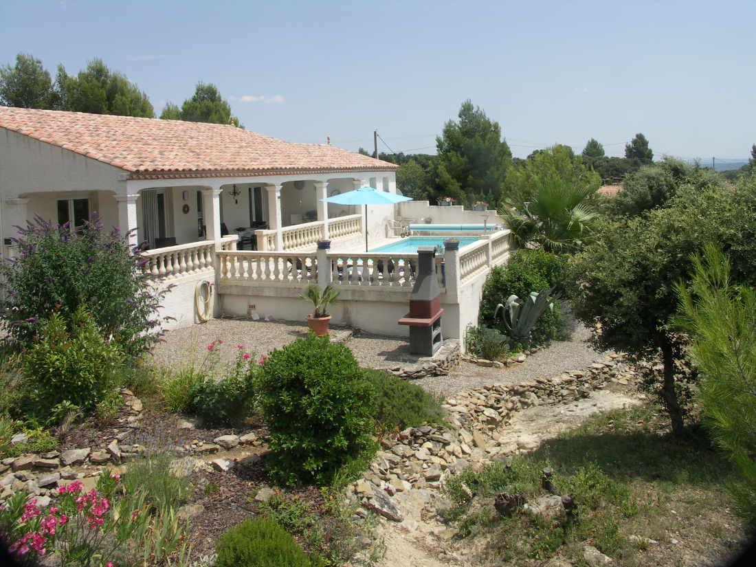Vakantiehuis: Deze mooi gelegen, van alle gemakken voorziene, goed verzorgde villa met prive zwembad en uitzicht maakt dat u een heerlijke vakantie zult beleven. te huur voor uw vakantie in Herault (Frankrijk)