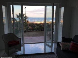 Groot terras van 20 m2 met tuinstoelen en strandstoelen