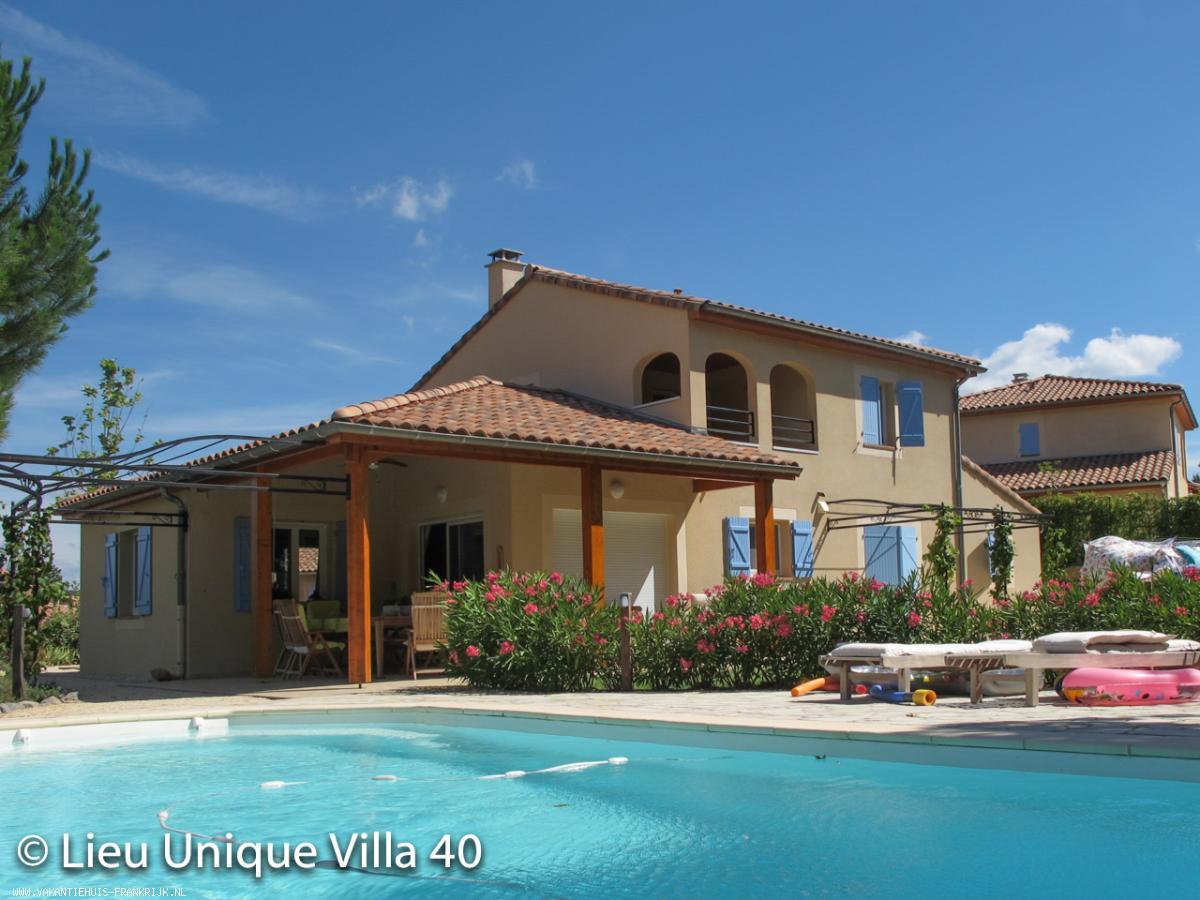 Vakantiehuis: Vrijst. Villa met verwarmd prive zwembad met een unieke vrije ligging op schitterend rustig gelegen 4* villapark aan de rivier de Ardèche te huur voor uw vakantie in Ardeche (Frankrijk)