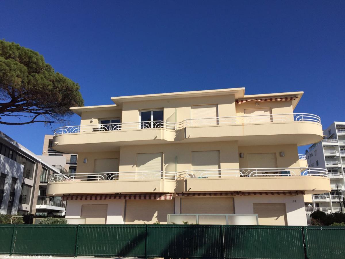 Vakantiehuis: Nieuw driekamerappartement in knusse villa direct aan zee in het centrum. te huur voor uw vakantie in Alpen Maritimes (Frankrijk)