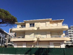 Vakantiehuis: Nieuw driekamerappartement in knusse villa direct aan zee in het centrum. te huur in Alpes Maritimes (Frankrijk)
