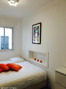 Slaapkamer Slaapkamer met twee boxspring bedden 90 x 2.10 cm, kledingkast enpoefs.