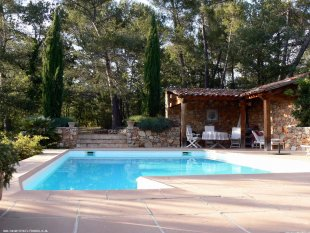 zwembad en tuin achter het zwembad ligt de jeu-de-boule baan