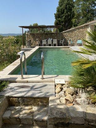 Zwembad met uitzicht op wijnvelden en Vinsobres