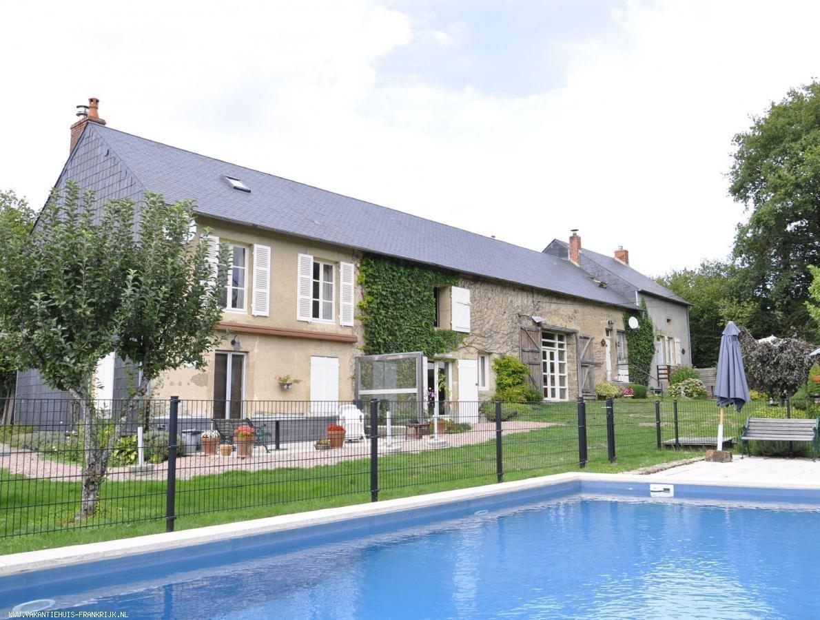Vakantiehuis: Drie sterren vakantiehuis met grote tuin, gezamenlijke speelobjecten en groot zwembad, in rustige en glooiende omgeving van Parc de Morvan te huur voor uw vakantie in Nievre (Frankrijk)