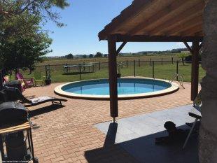 zwembad met voldoende zitgelegenheid rondom onder de abri kunt u met een grote groep heerlijk samen eten en drinken en genieten van prachtig uitzicht