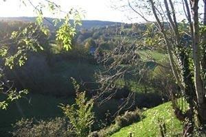 Het uitzicht aan de achterzijde Geniet van de natuur met dit uitzicht op het dal met daarin de meanderende Dragne.