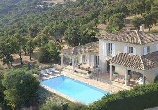 Vakantiehuis Cote d'Azur: Ruim vrijstaand huis met zeezicht, verwarmd privé zwembad 12x5, vlakke tuin grenzend aan natuurgebied en doodlopende weg, nabij 18-holes golfterrein