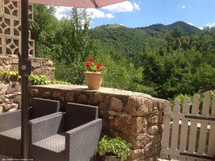achterzijde van het huis <br>Uniek gelegen betegeld,ommuurd terras(25m2) met fantastisch uitzicht op de bergen. Absolute privacy gegarandeerd.
