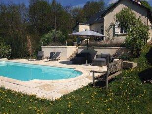 Achterzijde woning met zwembad. <br>woning achterzijde met zwembad.
