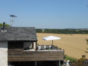 het dakterras van 6 x 6 meter landlijk uitzicht <br>voorzien van terrasset picnictafel en 3 ligstoelen