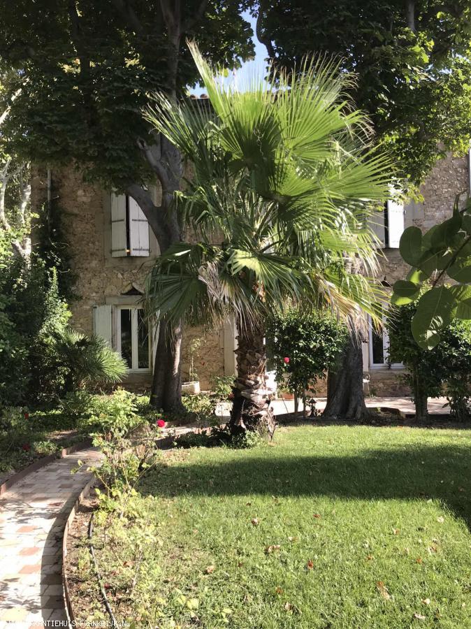 Vakantiehuis: Grote, authentieke maison de maître, gelegen in een gezellig dorp met eigen privé zwembad in sfeervolle tuin te huur voor uw vakantie in Aude (Frankrijk)