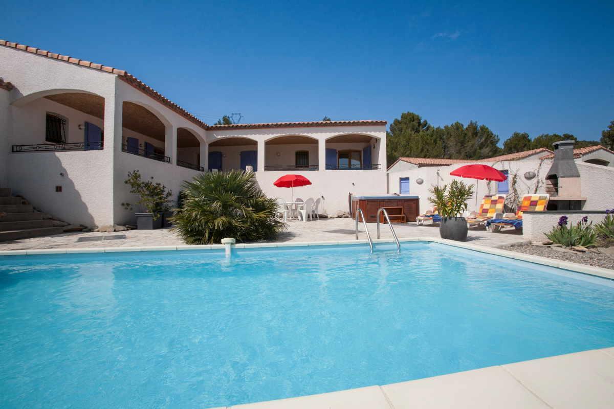Vakantiehuis: Prachtige villa met uitzicht voor 6 personen, met privé zwembad en jacuzzi, tafeltennis en jeu de boulles baan te huur voor uw vakantie in Herault (Frankrijk)