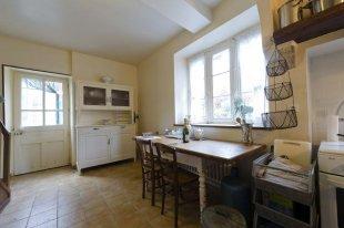 entree via de keuken via een portaaltje kom je via de keuken het huis binnen