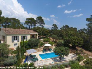 Vakantiehuis: Villa Elise is een sfeervolle en rustig gelegen 8-persoons woning met verwarmd privézwembad en prachtig uitzicht over omliggende bossen en de vallei