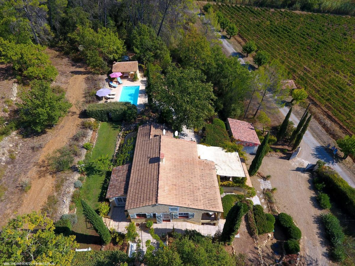 Vakantiehuis: Villa Les Sarrins heeft een verwarmd privézwembad, een fraai aangelegde tuin van 7000m² en een prachtig uitzicht over de wijngaarden te huur voor uw vakantie in Var (Frankrijk)