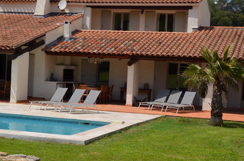 Vakantiehuis: Villa Romarin heeft een groot verwarmd privé zwembad en ligt op een omheind privéterrein van 4000m² met een heerlijke tuin. te huur voor uw vakantie in Var (Frankrijk)