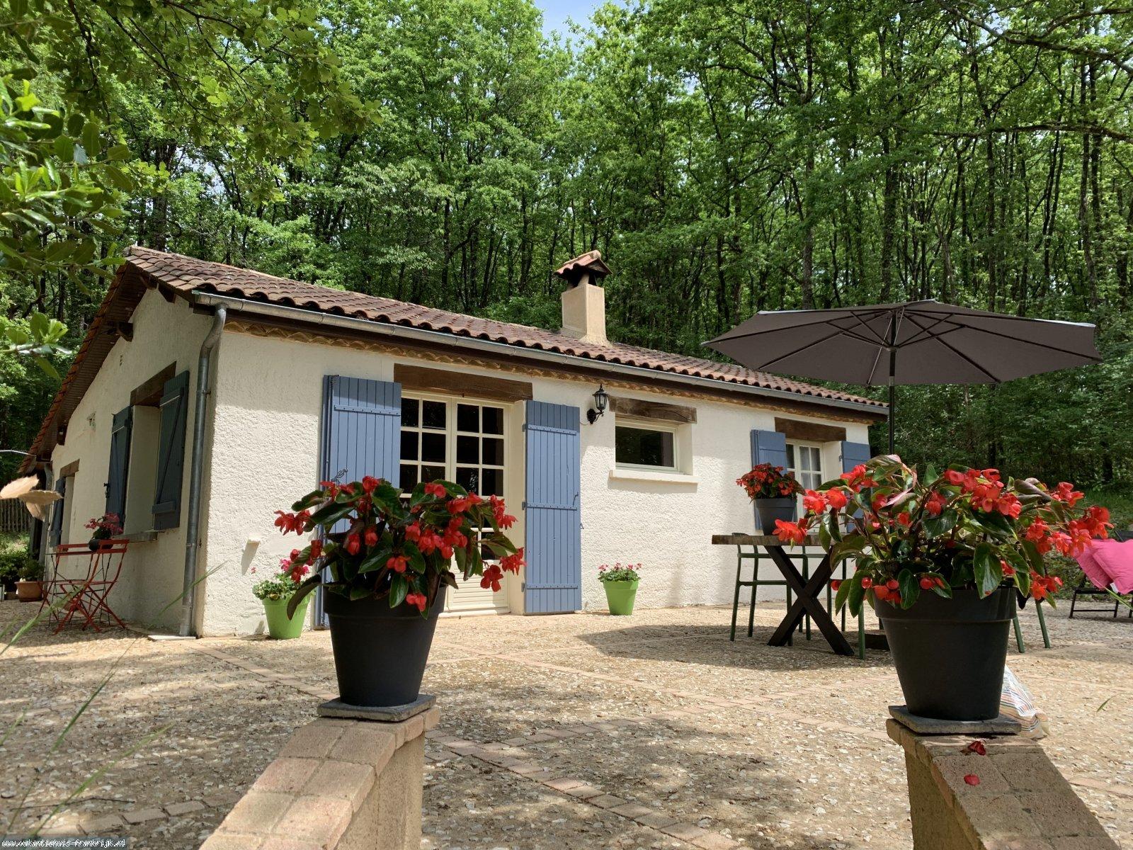 Vakantiehuis: Geniet van de rust in dit geheel privé, net gerenoveerd huis aan de rand van het bos te huur voor uw vakantie in Dordogne (Frankrijk)