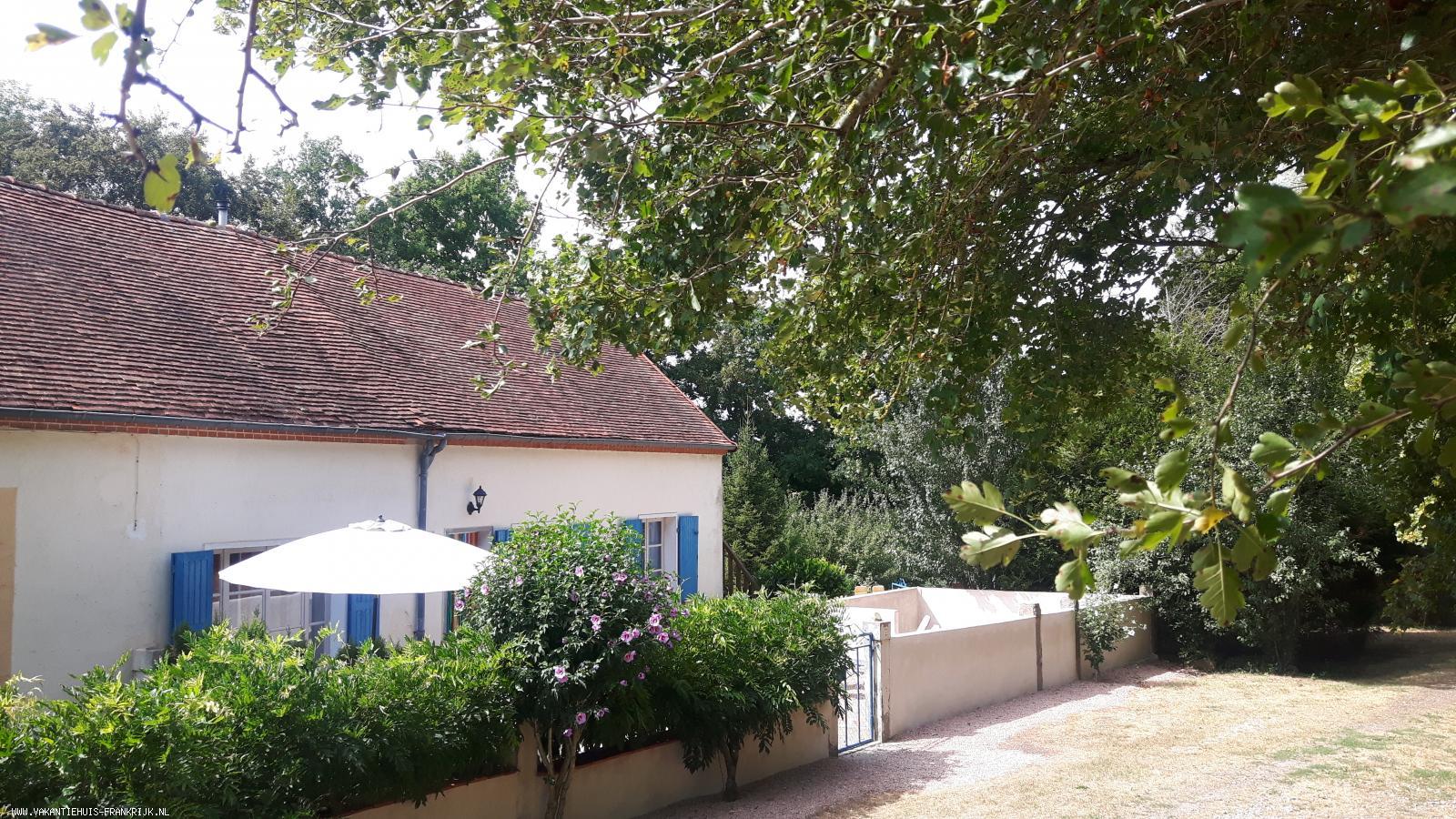 Vakantiehuis: Gezellige vakantie gîte aan de rand van een prachtig, groot vismeer in het glooiende, boeren landschap van de Allier in midden Frankrijk. te huur voor uw vakantie in Allier (Frankrijk)