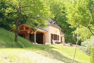vakantiehuis tuin Naast het vakantiehuisje is een grote speelweide en schuin grashelling