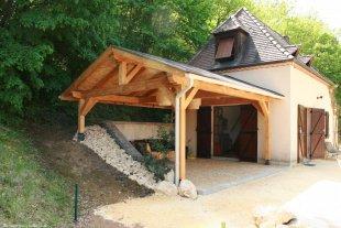 vakantiehuis overdekt terras Het terras aan de vakantiewoning is overdekt door een houten dakconstructie en voorzien van houten terrastegels.