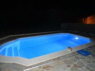 verlicht zwembad 's avonds is het zwembad verlicht