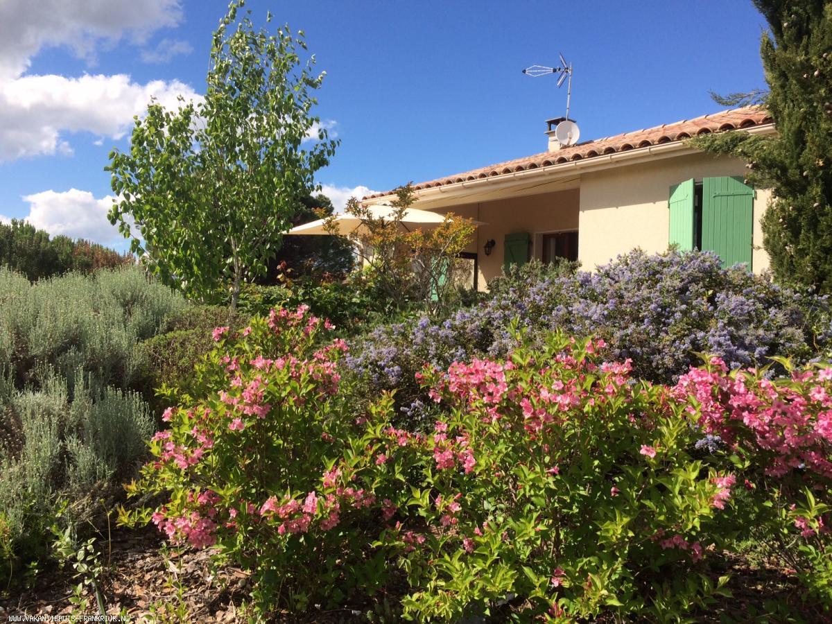 Vakantiehuis: Maison Tekke is een comfortabel ingerichte bungalow met mooie tuin rondom en uitzicht op de Pyreneeën vlakbij schilderachtig Mirepoix. te huur voor uw vakantie in Aude (Frankrijk)