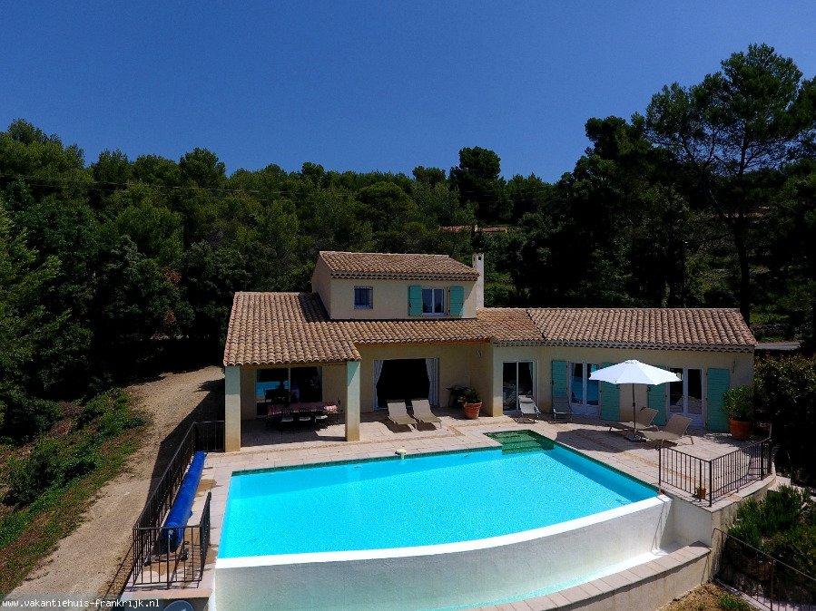 Vakantiehuis: Villa Les Aludes ligt vrijstaand op een terrein van 5000m2 en heeft 160m2 woonoppervlakte.met kleine kinderen is de woning aan te raden. te huur voor uw vakantie in Var (Frankrijk)