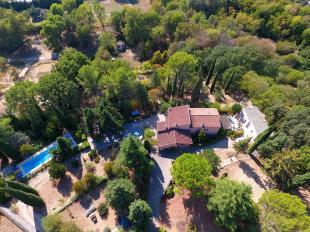 Vakantiehuis: Le Clos des Oliviers, is geschikt voor 10 tot 12 personen en beschikt over een groot omheind zwembad. Op loopafstand van het centrum van Draguignan.