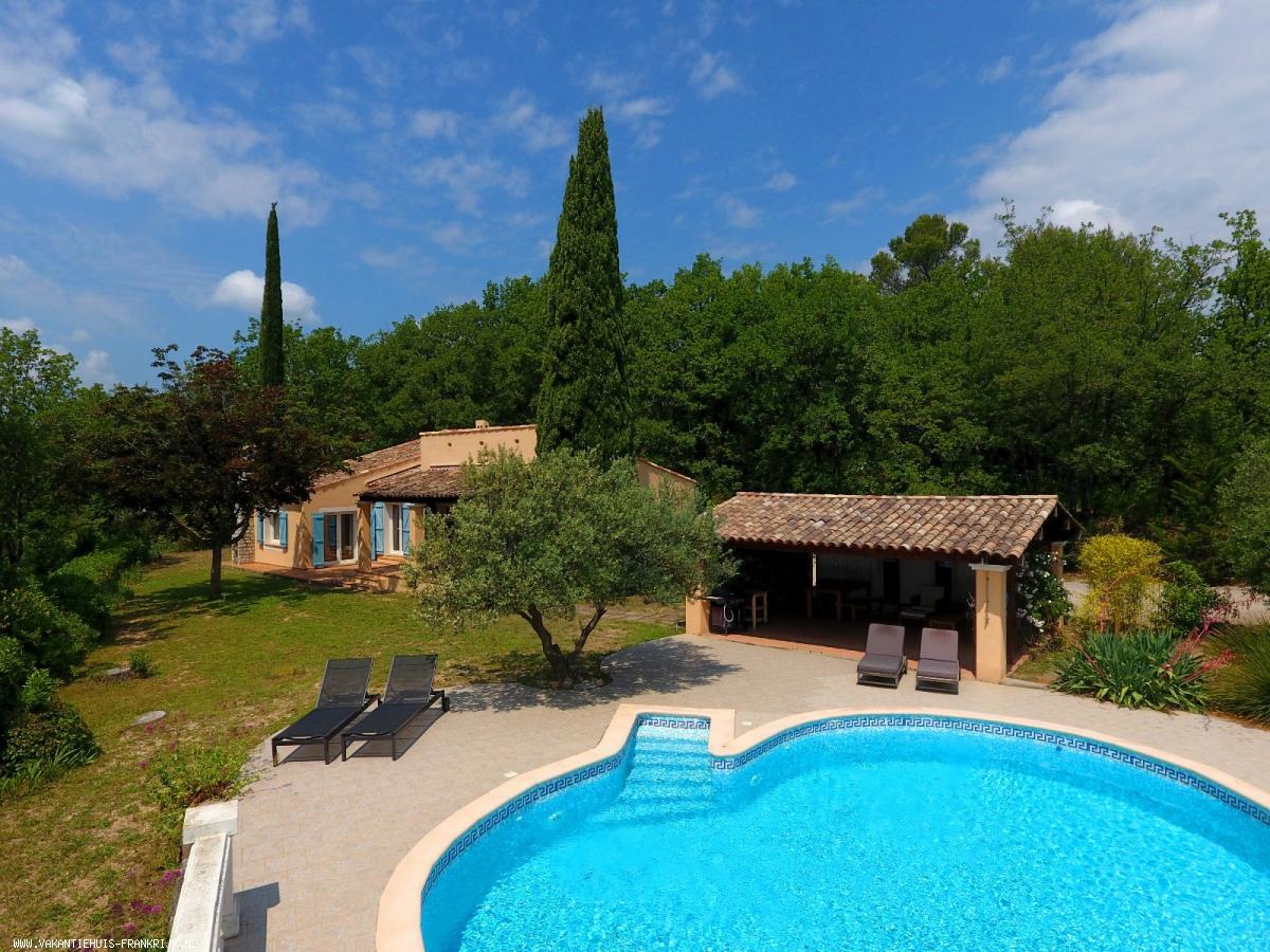 Vakantiehuis: Villa la Gardete is een mooie 10-persoonsvilla met privé zwembad en een schitterend zicht op het Provençaalse dorpje Flayosc. te huur voor uw vakantie in Var (Frankrijk)