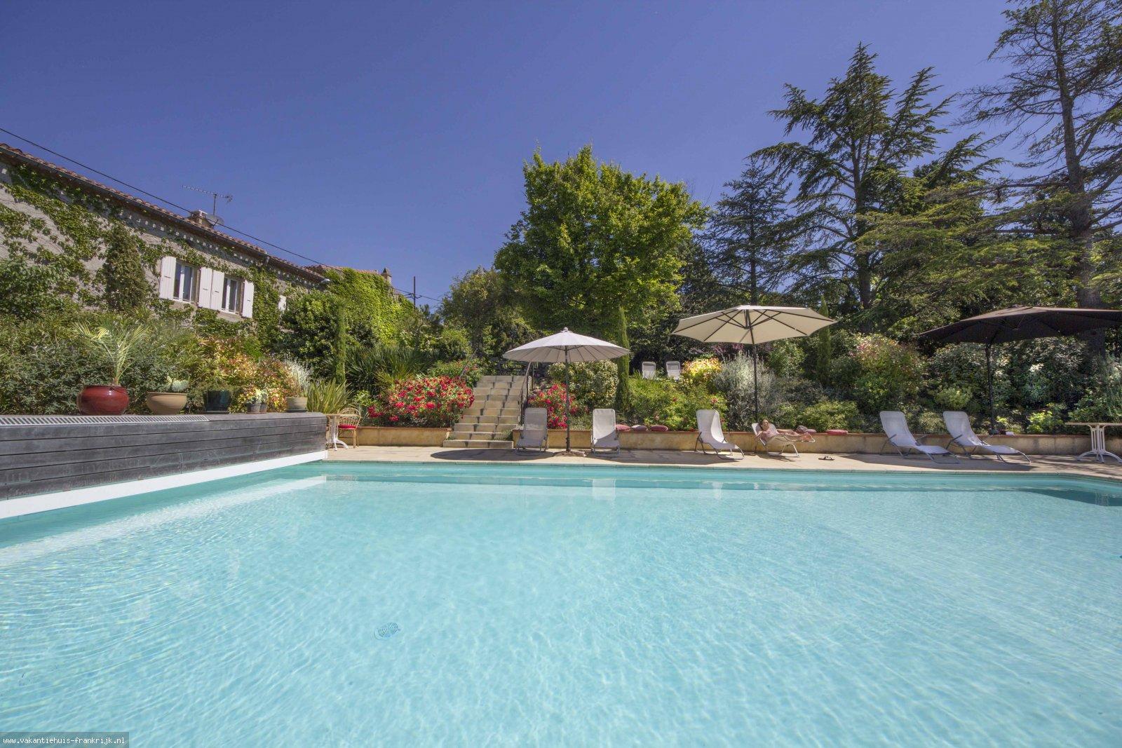 Vakantiehuis: Prachtig vintage ingericht ruim vakantiehuis met eigen opgang en terrastuin op het zuiden, 4/5 personen. Groot zwembad in schitterende oude parktuin. te huur voor uw vakantie in Aude (Frankrijk)