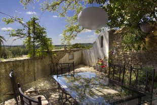 Gite du Moment De op het zuiden gelegen schaduwrijke prive terrastuin van het vakantiehuis Gite du Moment