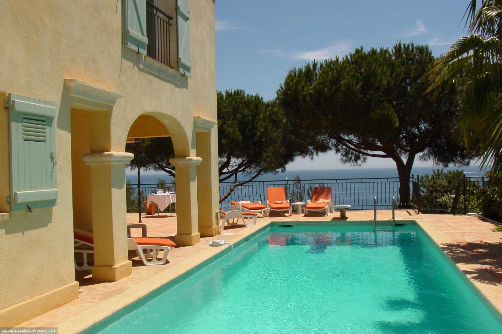 Vakantiehuis: Zeer ruim huis met mooi zeezicht te huur voor uw vakantie in Var (Frankrijk)