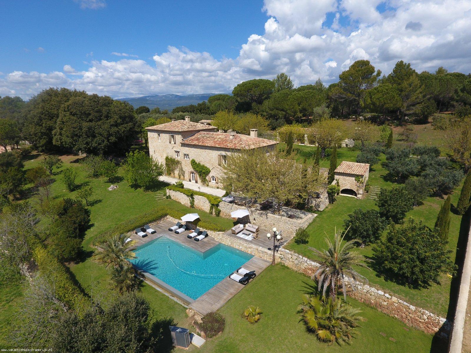 Vakantiehuis: Bastide la Cléola is een landelijk gelegen, prachtig gerestaureerde 'en pierre' Bastide met privé verwarmd zwembad geschikt voor grote gezelschappen. te huur voor uw vakantie in Var (Frankrijk)