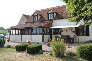 Vakantiehuis: Chezelle – Woonhuis met 5 chambres de hôtes , gite en 2 mobile homes op bijna 1.5 ha  grond. ** ONDER BOD ** te huur in Allier (Frankrijk)