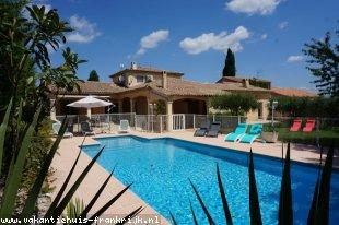 Vakantiehuis: Maison d'Oliveira is een ruim opgezette villa voor maximaal 8 personen met een groot omheind, verwarmd privezwembad dichtbij het centrum van Gonfaron.