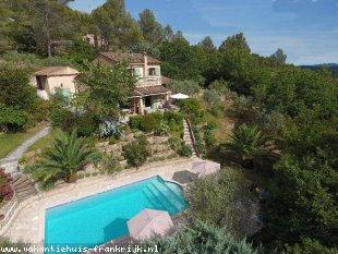 Vakantiehuis: Villa Babette  is een complete en erg mooi ingerichte villa voor 8 personen met een panoramisch uitzicht over het eeuwenoude dorpje Callas.