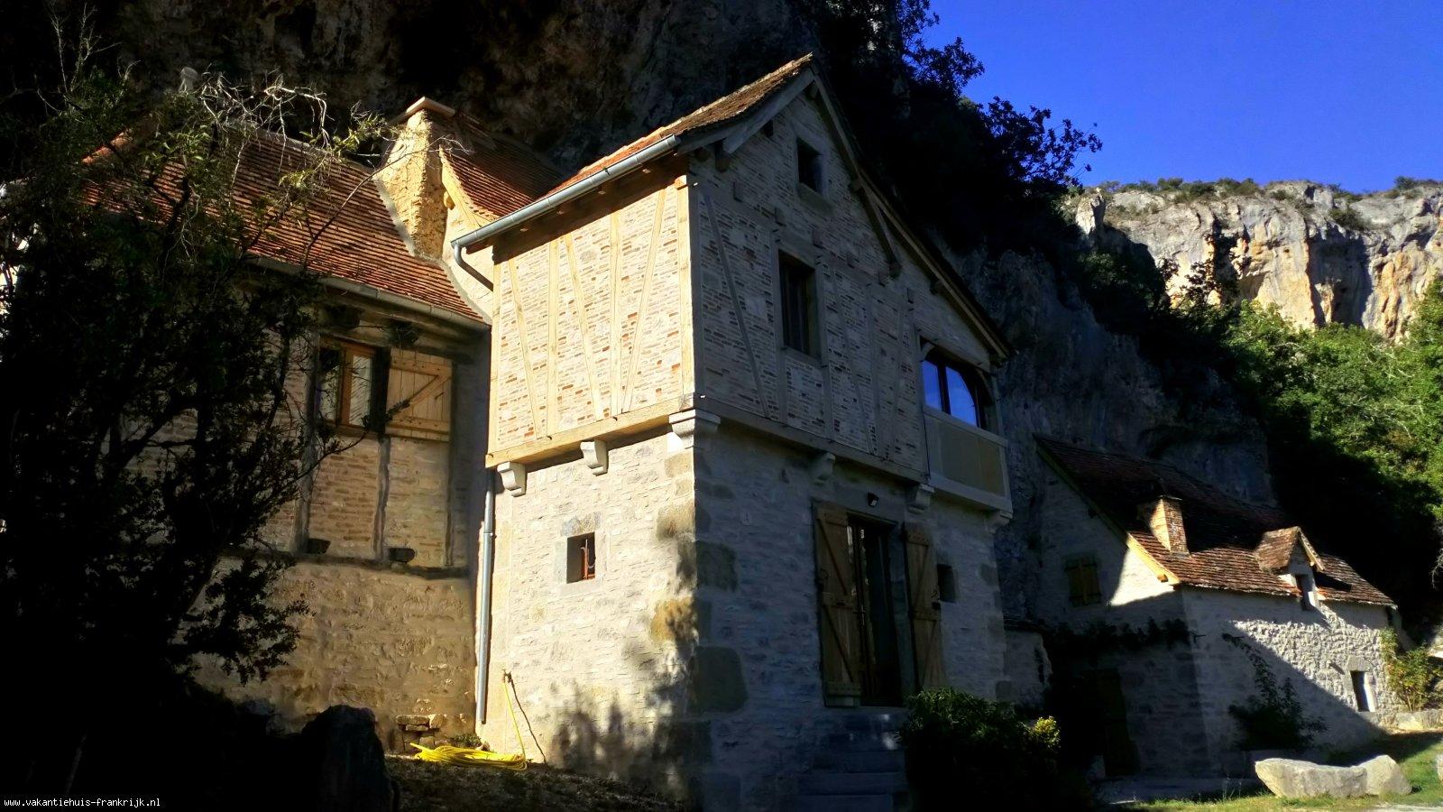 Vakantiehuis: Uniek eeuwenoud vakantieverblijf gebouwd in de rotsen langs de rivier Célé. te huur voor uw vakantie in Lot (Frankrijk)