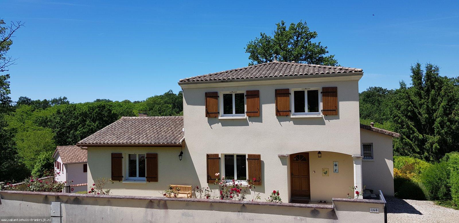 Vakantiehuis: Village le Chat 260. Een comfortabele villa voor 8 personen voor een heerlijke vakantie met riant terras en tuin en gemeenschappelijk verwarmd zwembad te huur voor uw vakantie in Charente (Frankrijk)