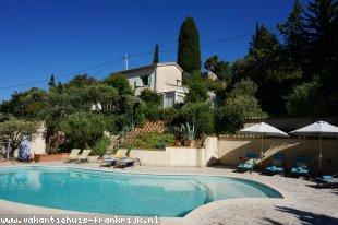 Vakantiehuis: Vue du Colombaille heeft een ruim privézwembad en schitterend zicht over de stad Draguignan.