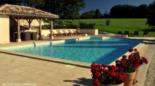 Het Zwembad. <br>Het zwembad met poolhouse en terrassen.