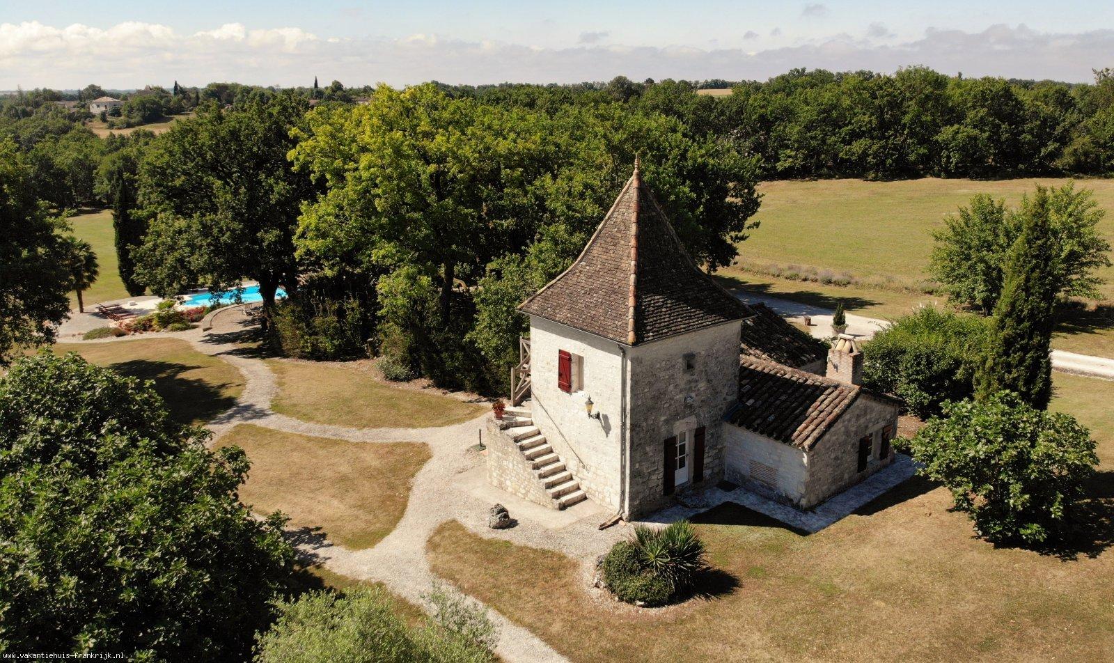 Vakantiehuis: Torenhuisje voor 4 personen met riant zwembad in prachtig natuurgebied. Negen holes golf op eigen terrein, geen greenfee! Flatscreen TV, gratis WIFI! te huur voor uw vakantie in Lot (Frankrijk)