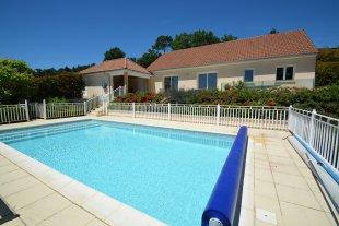 Het verwarmde en private zwembad meet 10 bij 5 m.