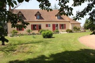 Vakantiehuis: Vitray – Ruime woonboerderij op 1,3 hectare grond  met grote schuur en hangar. te huur in Allier (Frankrijk)