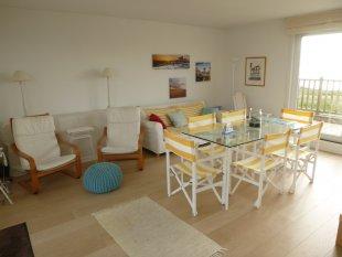 Ruime en heldere living met twee grote schuiframen <br>Naast een keukenhoek is er een ook een ruime tafel voor zes, een zithoek en TV met een ruime keuze aan NL,B,F, D, UK-zenders